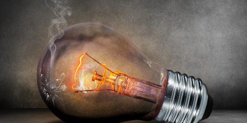 Bollette luce a prezzo fisso, pregi e difetti