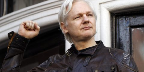 """Assange, giudice Uk: """"Non può essere estradato negli Usa, lì in carcere rischio suicidio"""" (Leggi la sentenza)"""