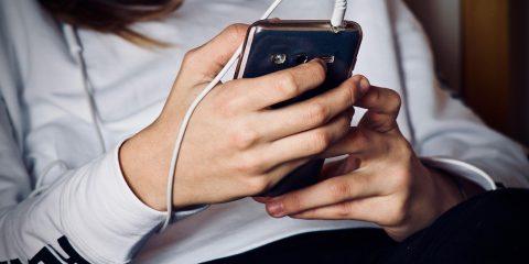 Adolescenti e genitori, gli adulti devono essere uniti nell'educazione digitale