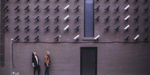 Commissione Ue pronta a vietare l'utilizzo dell'IA per la sorveglianza indiscriminata dei cittadini