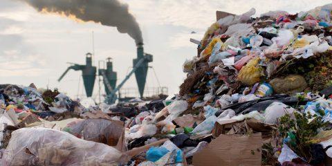 Plastica: il 55% dei rifiuti mondiali prodotto da 20 aziende. Il Rapporto