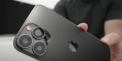 La crisi di chip pesa anche su Apple, la produzione dell'iPhone 13 verrà ridimensionata